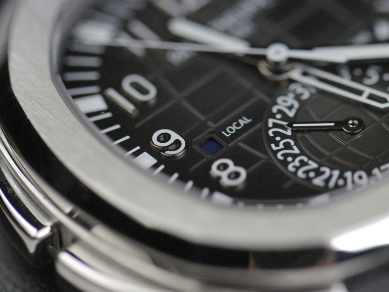 Patek_Philippe_Watch_Aquanaut_Travel_Time_Stainless_Steel_5164A_001_41mm_Sale_4__41098.1407431839.1280.1280